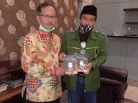Menjelang Hari Santri, Barikade Gus Dur Kota Malang Diberi Cinderamata Antologi Puisi Rektor UIN Maliki