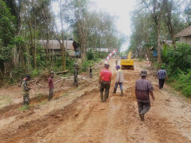 TNI dan Warga Melaksanakan Pembersihan Jalan Baru Program TMMD Ke-110 Kodim 1008/Tanjung