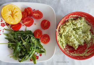 Crema de avocado cu salata de rucola si rosii cherry reteta guacamole cu branza de capra lacto vegetariana retete culinare mancare sanatoasa usoara si rapida de preparat la mic dejun sau cina,