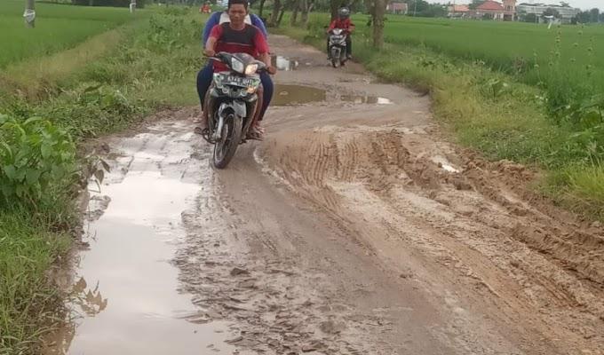 Jalan Poros Desa Lebak Wangi Butuh Perhatian Pemerintah