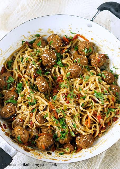pulpety, klopsy, chinskie, azja, makaron, obiad, bernika, kulinarny pamietnik