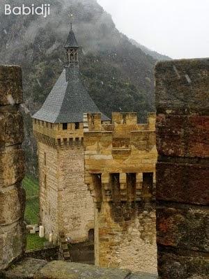 Vue depuis une tour du château de Foix sous la neige et ses flocons