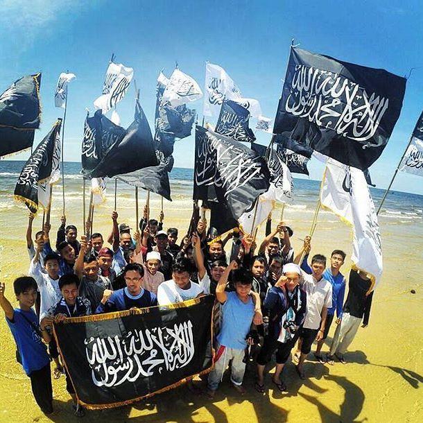 Image result for pemuda membawa bendera rasulullah