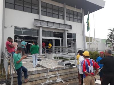 Bandidos explodem agências da Caixa e BB de Castro Alves; VEJA O VÍDEO