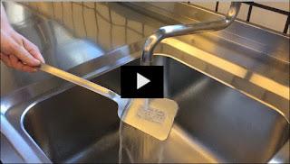 Hygiene und HACCP: Wie sich wasserlösliche Etiketten innerhalb kürzester Zeit ablösen sehen Sie hier