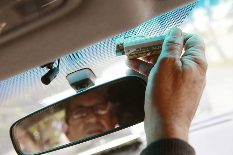 cómo despegar el tag y otros adhesivos del parabrisas