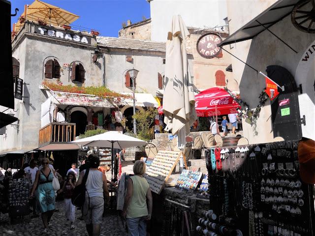 strada con negozi e turisti a Mostar