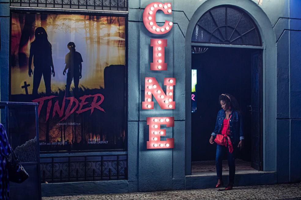 Ela não aguenta mais arranjar crushs ruins na paródia de 'Tinder Thriller'. — Foto: Gshow/Artur Meninea
