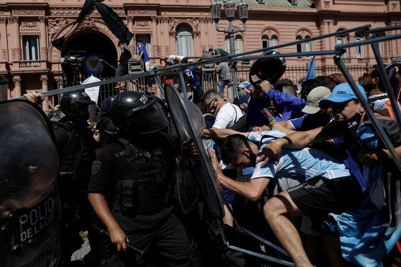 Incidentes en velatorio de Maradona