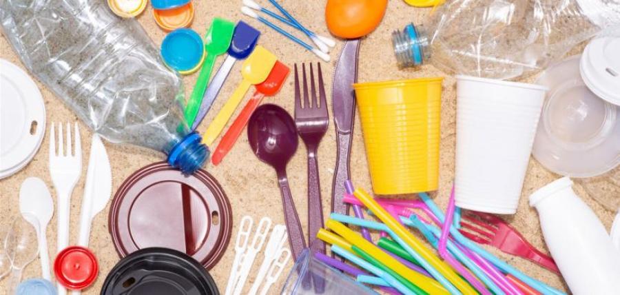 Πλαστικά μίας χρήσης: Έρχονται καταργήσεις και βαριά πρόστιμα