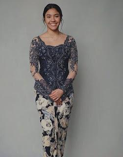 Kebaya brokat batik modern warna biru dengan payet