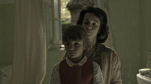 Miren Gaztañaga en un instante de la película caracterizada como la madre de la protagonista de joven