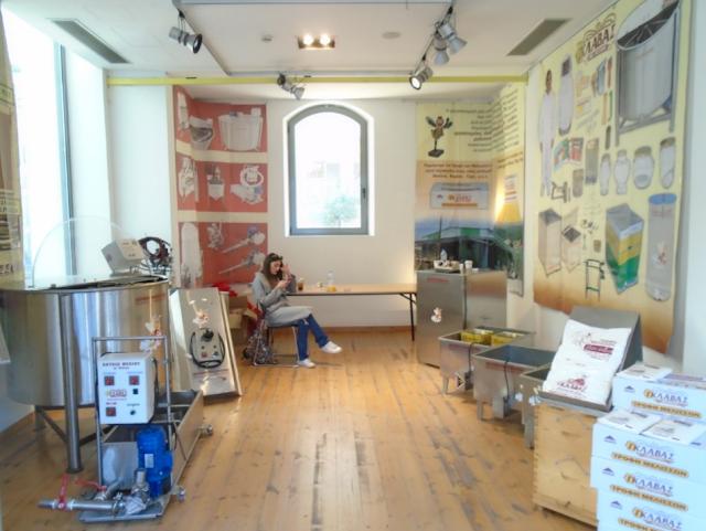 Το περίπτερο του Γιώργου Γκλαβά στην Πάτρα: Δώστε προσοχή στον μελιτοεξαγωγέα photos