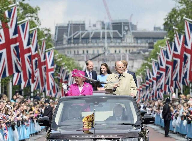 Quando a chuva parou a rainha saiu para saudar os presentes.
