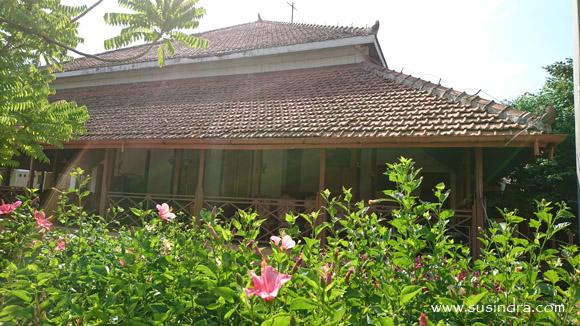 Sekolah pertama Kartini dilihat dari tempat membatik