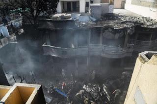 Se estrella un avión con cerca de 100 personas a bordo  en una zona residencial en Pakistán