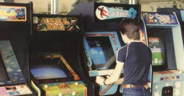 Un ragazzino in una classica sala giochi anni '80