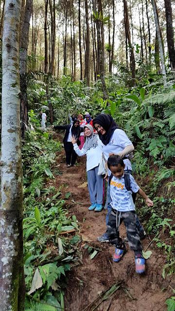 Track hiking yang ringan dapat diikut semua usia.