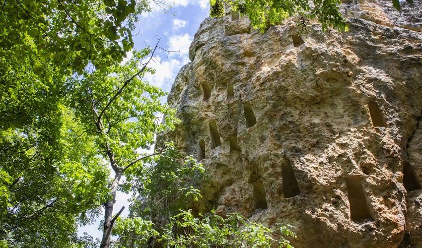 Глухите камъни - древното тракийско светилище със стотиците скални ниши