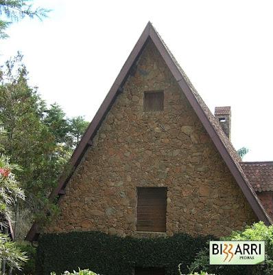 Construção de chalé com pedra moledo com as paredes de pedra com espessura de 35 cm a 40 cm e a execução do paisagismo em condomínio em Atibaia-SP.