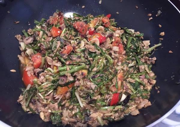 Salad endive dengan ikan cakalang