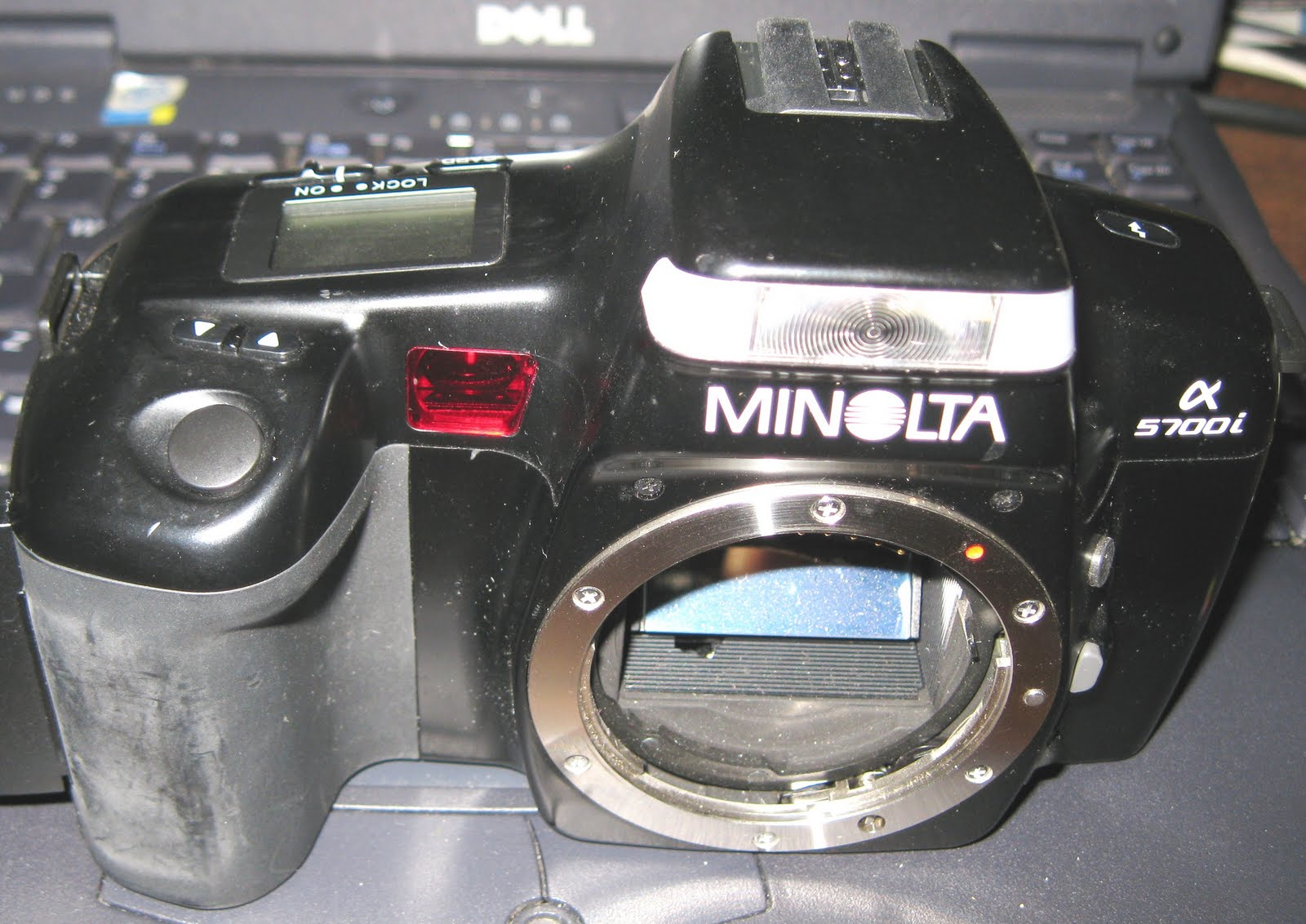 Minolta maxxum 5000i 35mm slr film camera w/ minolta body cap.