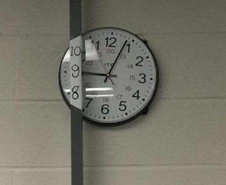 reloj detrás de una barra