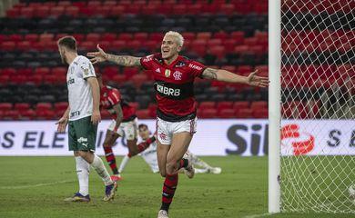 BRASILEIRÃO: Com gol de Pedro, Flamengo bate Palmeiras; Corinthians, Galo e Inter tropeçam na estreia.