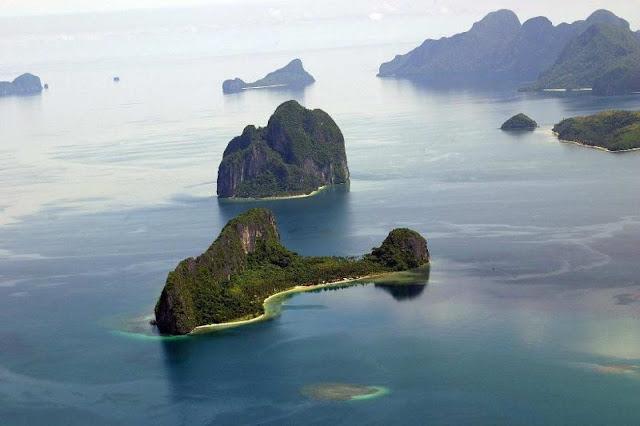 """Đảo Dilumacad ở El Nido, Palawan thu hút sự chú ý của du khách bởi hình dáng như chiếc máy bay trực thăng khổng lồ, chỉ thiếu mỗi cánh quạt. Phần """"thân máy bay"""" là những vách đá cao và rừng nhiệt đới rậm rạp. Phía """"đuôi trực thăng"""" một bãi biển với bờ cát trắng mịn màng."""