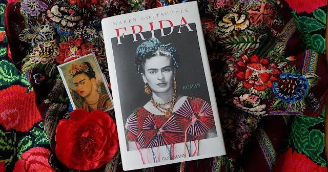 Buch Frida von Maren Gottschalk liegt auf bestickten Stoffen aus Mexiko