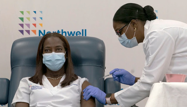 Una enfermera de Nueva York es la primera persona vacunada contra COVID-19 en EEUU.