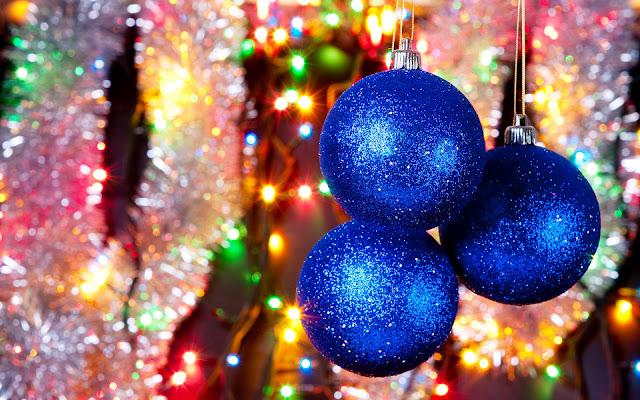 Blauwe kerstballen en kerstverlichting