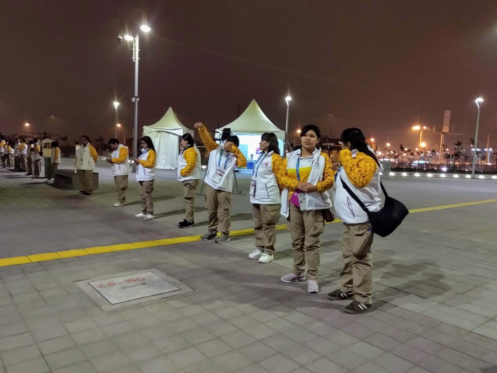 Voluntários reclamam da comida e das opções de transporte em Lima