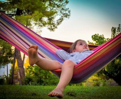 Berkemah menggunakan tenda atau hammock agar anak mengenal lingkungan