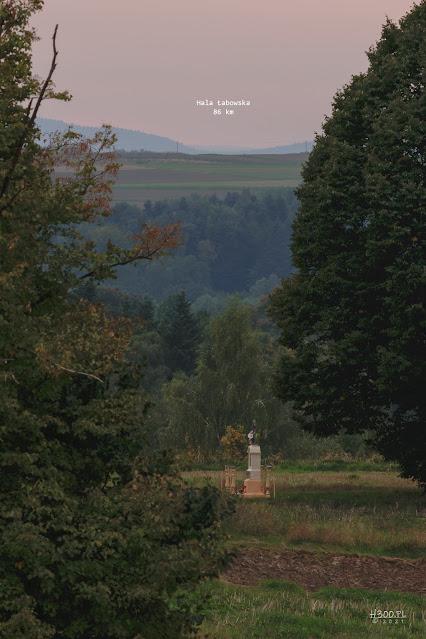 Hala Łabowska odległa o  około 86 km.
