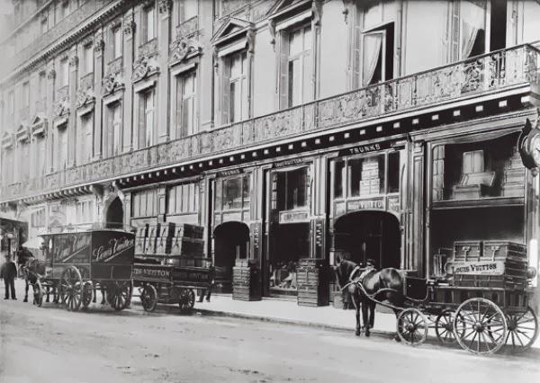 56ff04d1a48f В 1858 году Луи представил новинку – плоский чемодан, который получил  название «Trianon». Отличительной особенностью модели стала ее плоская  форма.