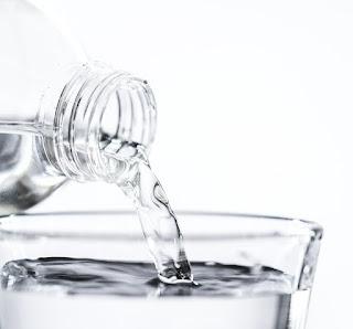 10 Manfaat Minum Air Putih bagi Kesehatan Tubuh