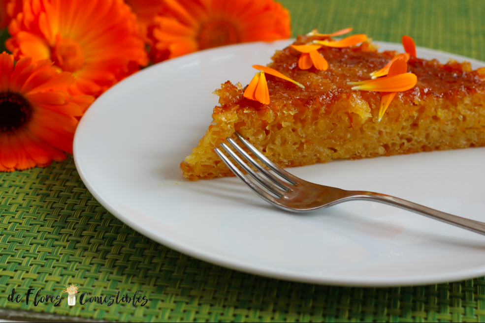 Humedo pastel bañado en almíbar de naranja decorado con Caléndulas