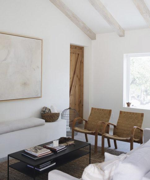 Blanco, madera y mimbre en esta casa espectacular en Texas