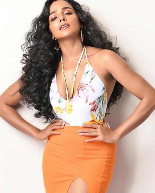 Tuhina Das tight skirt Bengali actress hai tauba damayanti nokol heere hoichoi