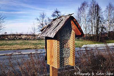 Wildbienenhotel mit einem Dach aus