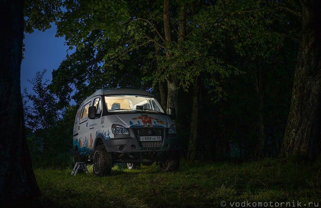 Соболь 4х4 в ночи под дубами