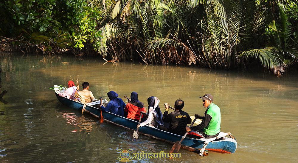 aktivitas menyusuri sungai Cigenter dengan Kano