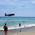 Εντυπωσιακή προσθαλάσσωση αεροπλάνου ανάμεσα σε λουόμενους!(βίντεο)
