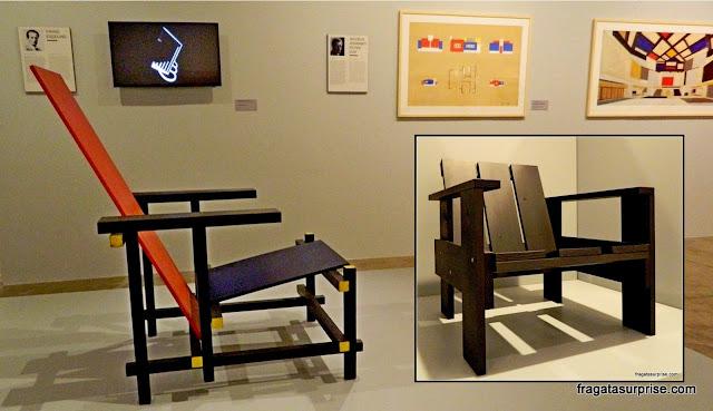 """Obras do  designer Gerrit Rietveld inspiradas em Mondrian Cadeira Vermelho Azul, também chamada de """"Cadeira Mondrian"""""""