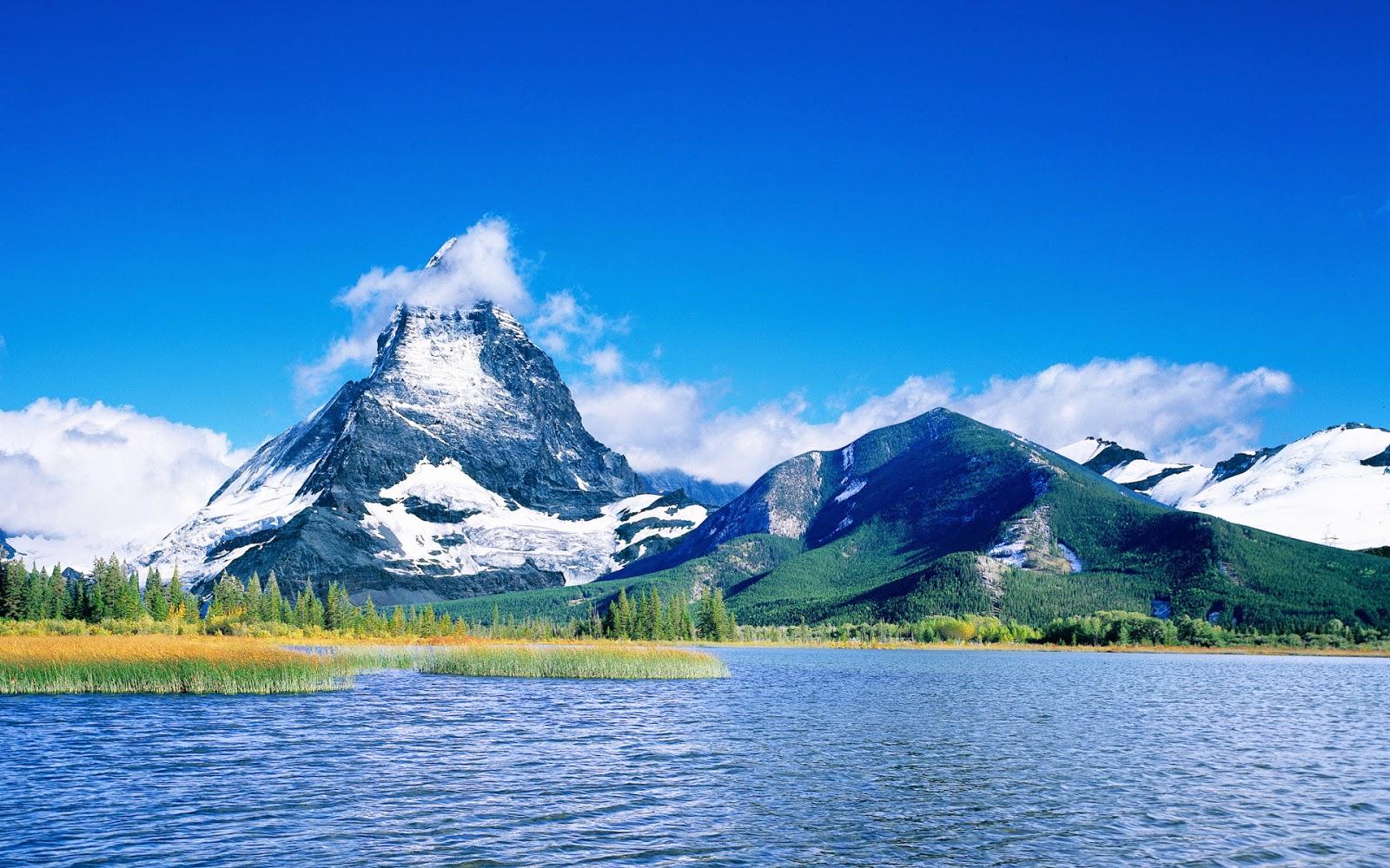 Lago e pico nevado