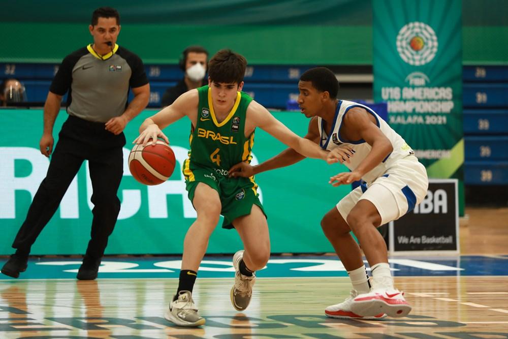 Jogador do Brasil tenta um drible em cima do jogador dominincano