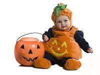 Bebé disfrazado de calabacita, con su calabaza en mano
