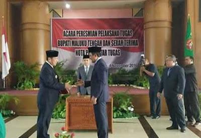 Gubernur Maluku, Said Assagaff atas nama Menteri Dalam Negeri (Mendagri), Tjahjo Kumolo, melantik Saleh Thio menjadi pelaksana tugas (Plt) Bupati Maluku Tengah, di Ambon, Jumat (4/11).