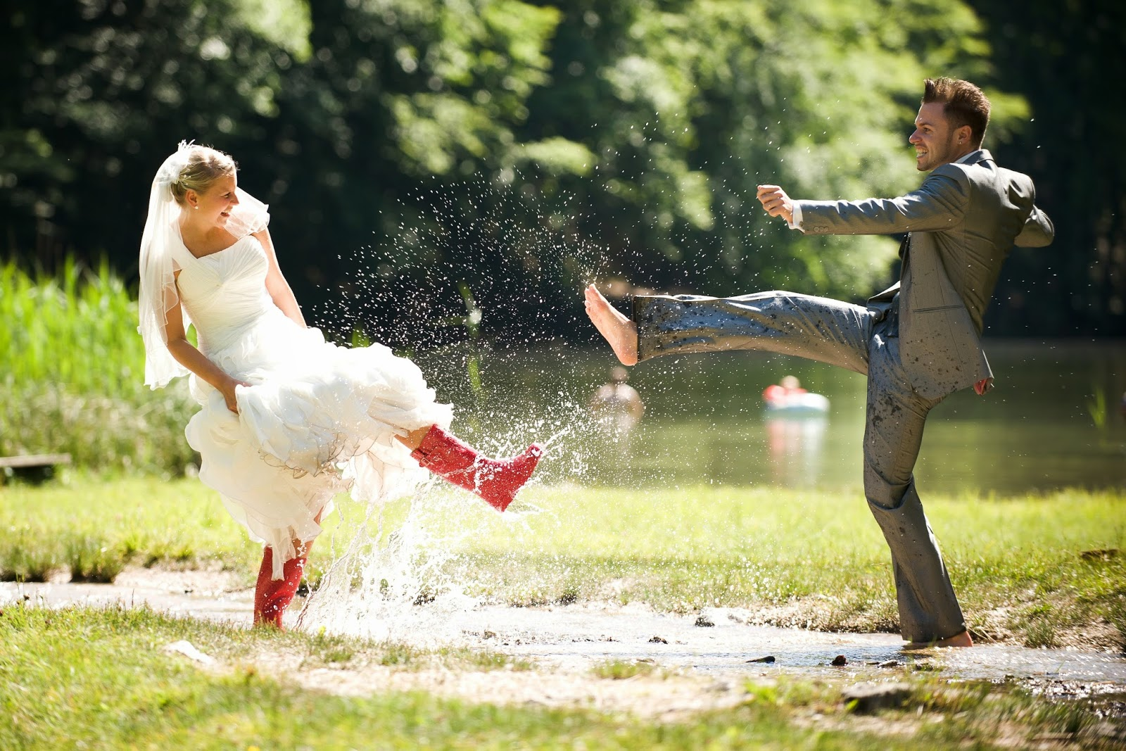 "Hochzeitsfotos Kreativ Wedding Dress And Rainboots ""trash The Dress"" Photography"